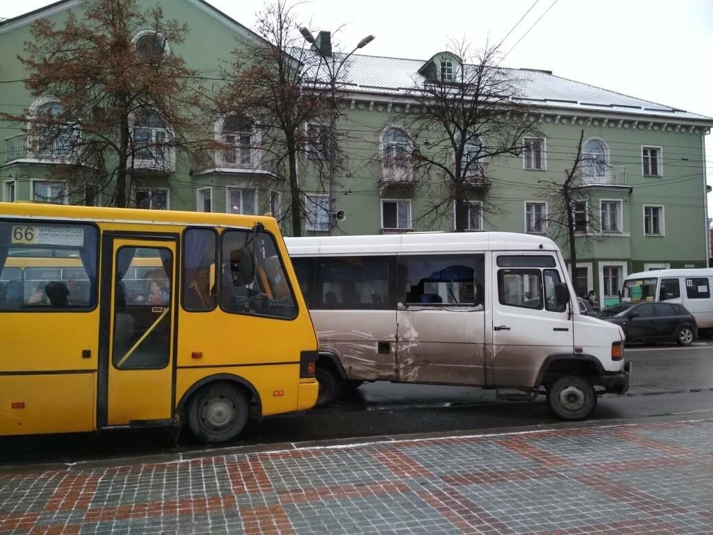 У центрі Рівного аварія за участі двох маршруток (ФОТО), фото-1