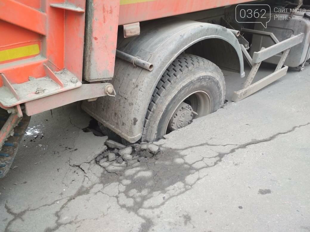 У Рівному сміттєвоз провалився під асфальт (ФОТО) , фото-1