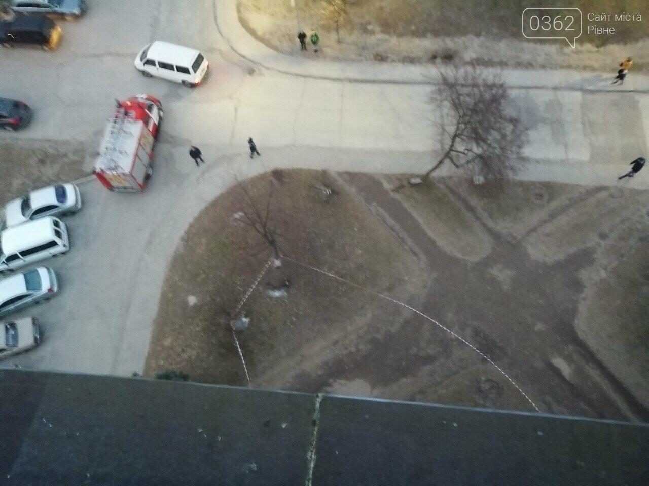 На Рівненщині негода ледве не виламала балконну раму з багатоповерхівки (ФОТО), фото-2