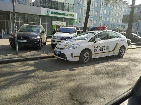Рівненські патрульні паркуються на пішоходному переході (ФОТО), фото-1