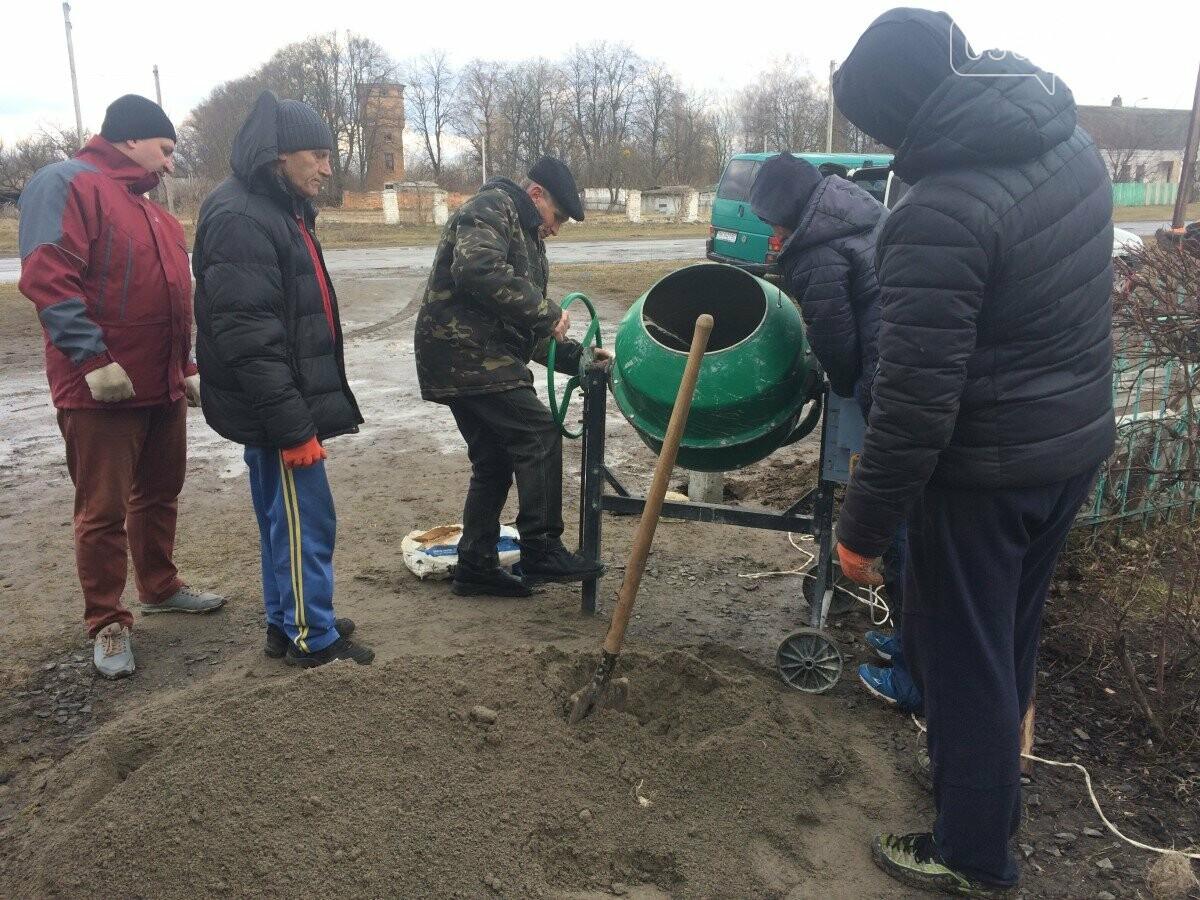 Голова ОТГ на Рівненщині разом зі співробітниками прибирала вулиці села (ФОТО) , фото-1