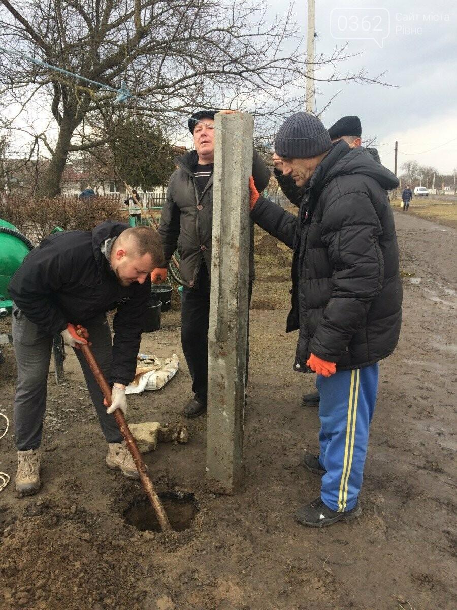 Голова ОТГ на Рівненщині разом зі співробітниками прибирала вулиці села (ФОТО) , фото-2