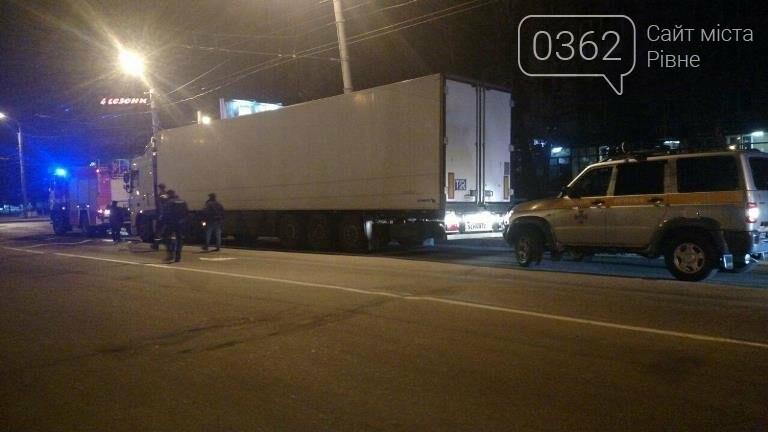 Вночі у Рівному вантажівка перекрила проїжджу частину (ФОТО) , фото-1