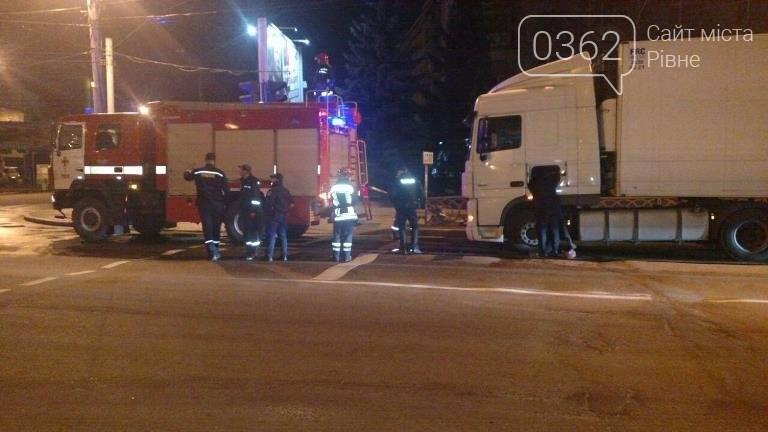 Вночі у Рівному вантажівка перекрила проїжджу частину (ФОТО) , фото-2