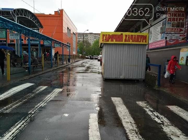 На рівненському автовокзалі встановили кіоск, який перегородив половину дороги (ФОТО), фото-1