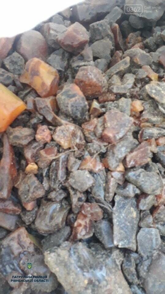 Сарненські патрульні виявили бурштин в автомобілі порушника (ФОТО), фото-1