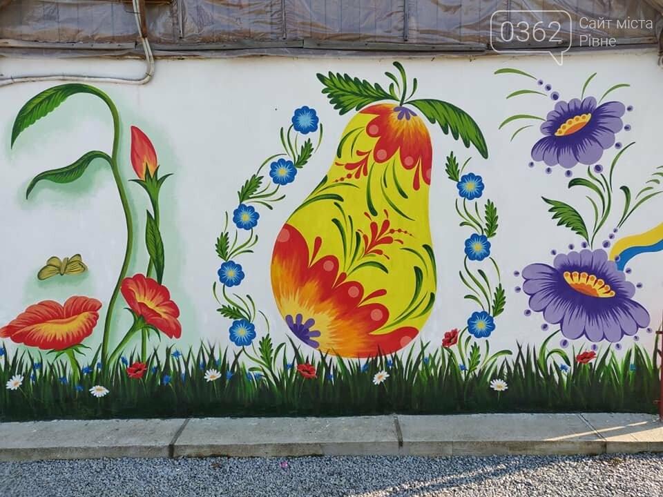 Переселенець з Донбасу прикрасив розписами будинок на Рівненщині (ФОТО), фото-1