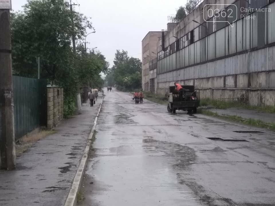 На Рівненщині в дощ ремонтували дороги (ФОТОФАКТ)  , фото-1