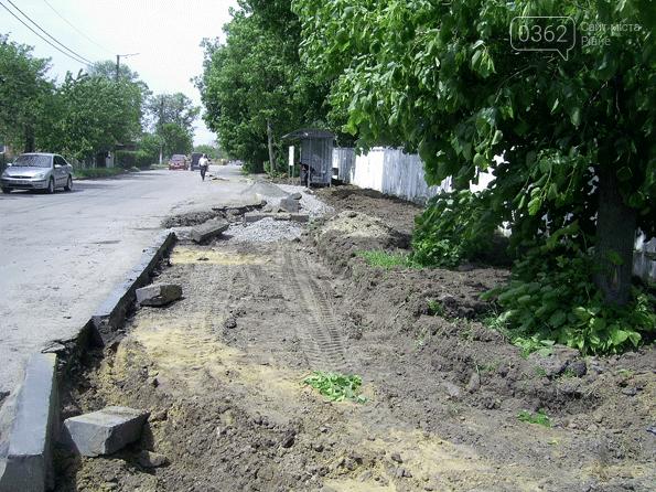 У місті на Рівненщині встановили зупинку і облаштували пішохідну доріжку (ФОТО)  , фото-2