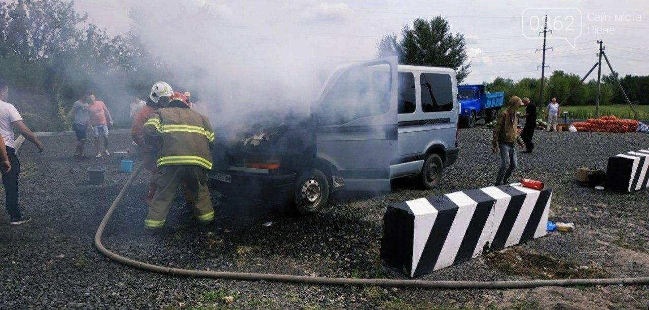 У  Сарнах загорівся Рено: автомобіль вдалося врятувати від повного знищення вогнем (ФОТО), фото-1
