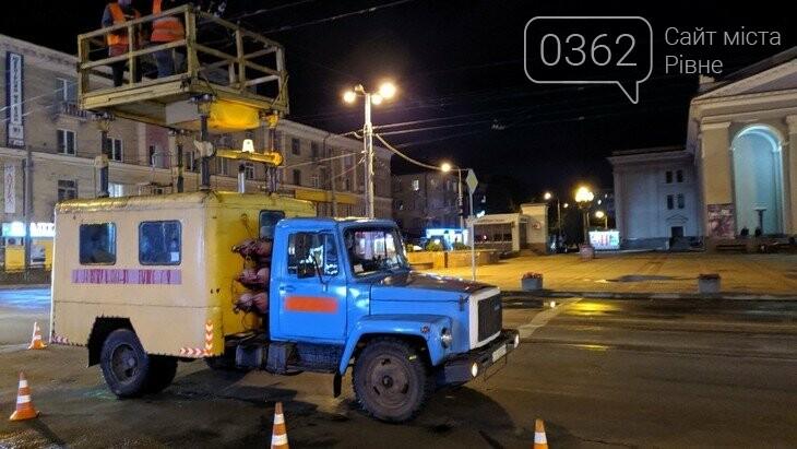 У Рівному щоночі ремонтують тролейбусні електролінії , фото-1