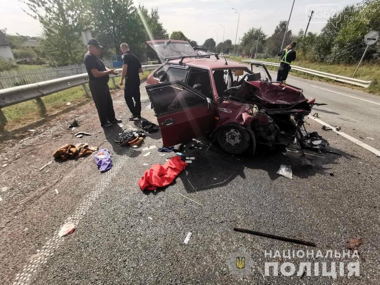 Справжня автотроща: у ДТП на Рівненщині потрапили легковик та фургон (ФОТО) , фото-2