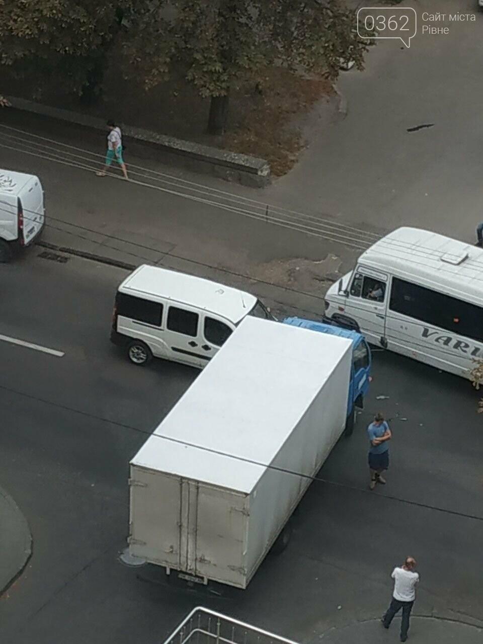 У Рівному на Чорновола зіткнулися мікроавтобус і вантажівка (ФОТО), фото-1
