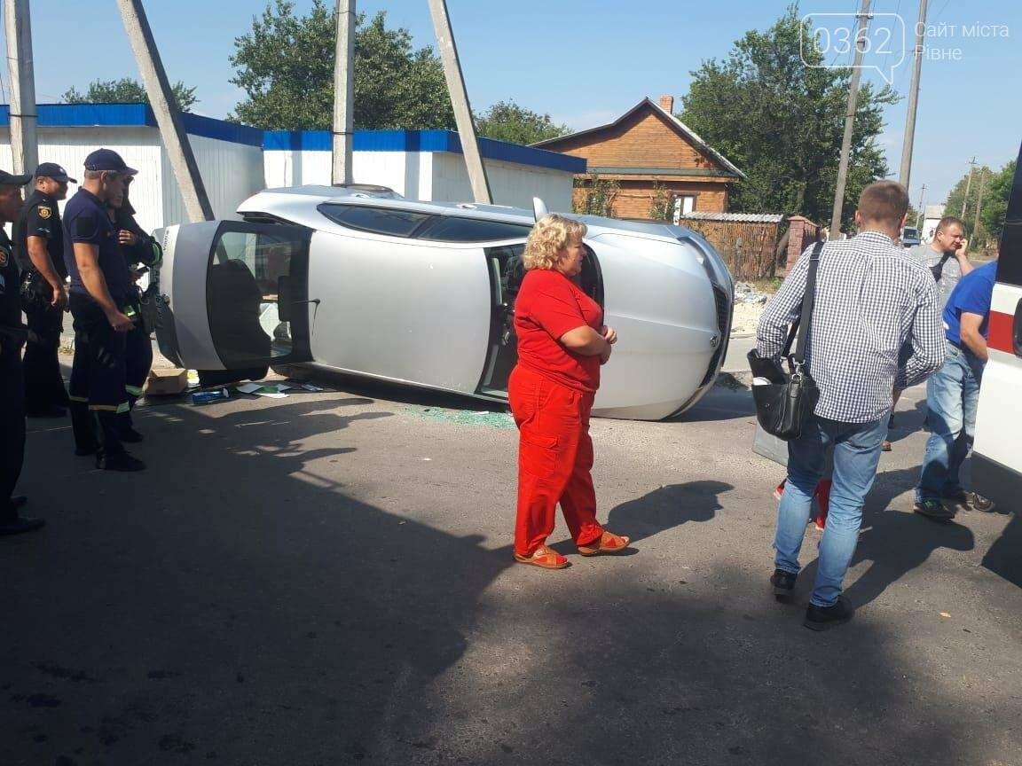 Автівка перекинулася на бік: на Рівненщині сталася ДТП (ФОТО)  , фото-2