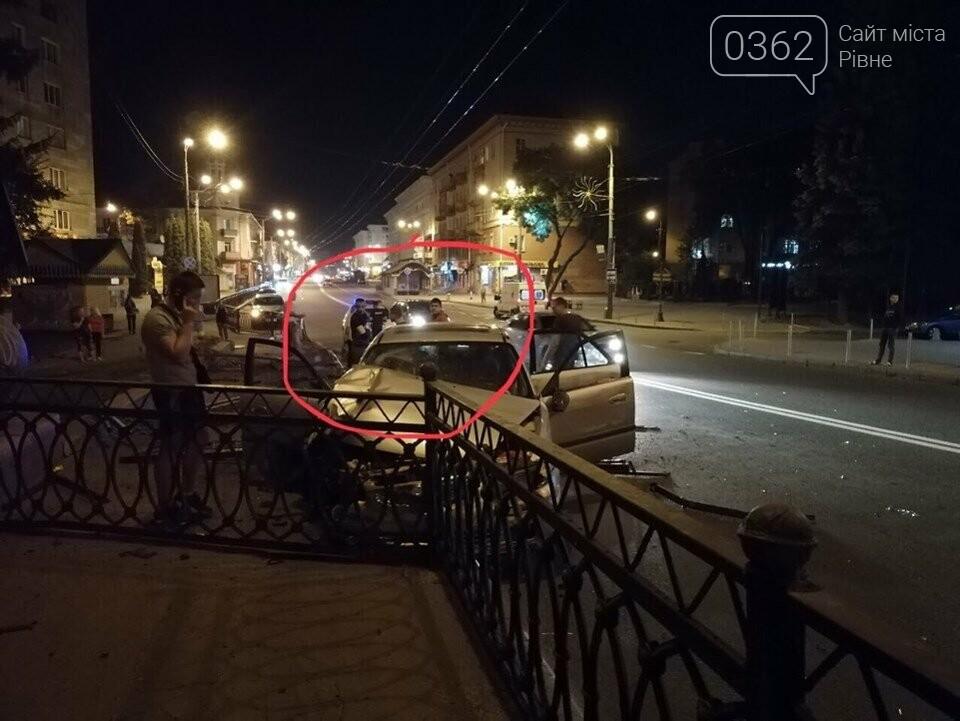 У Рівному легковик зніс паркан біля центрального мосту (ФОТО), фото-1