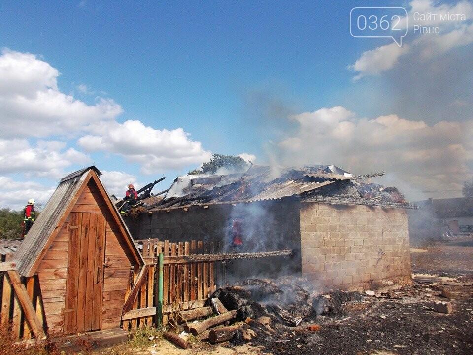 На Рівненщині палало господарство: згорів гараж і трактор (ФОТО), фото-1