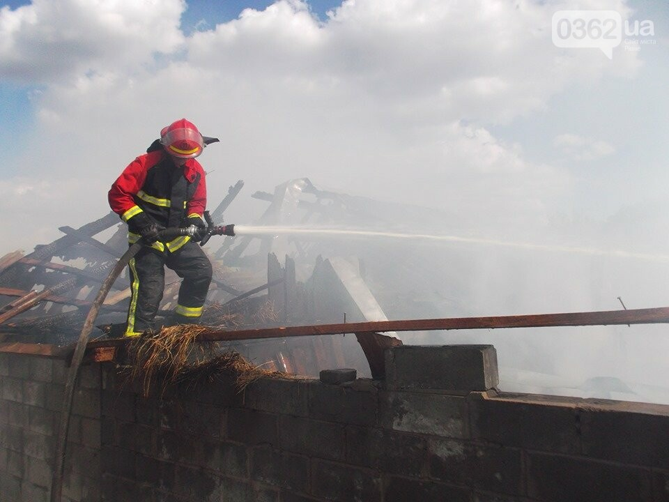 На Рівненщині палало господарство: згорів гараж і трактор (ФОТО), фото-2