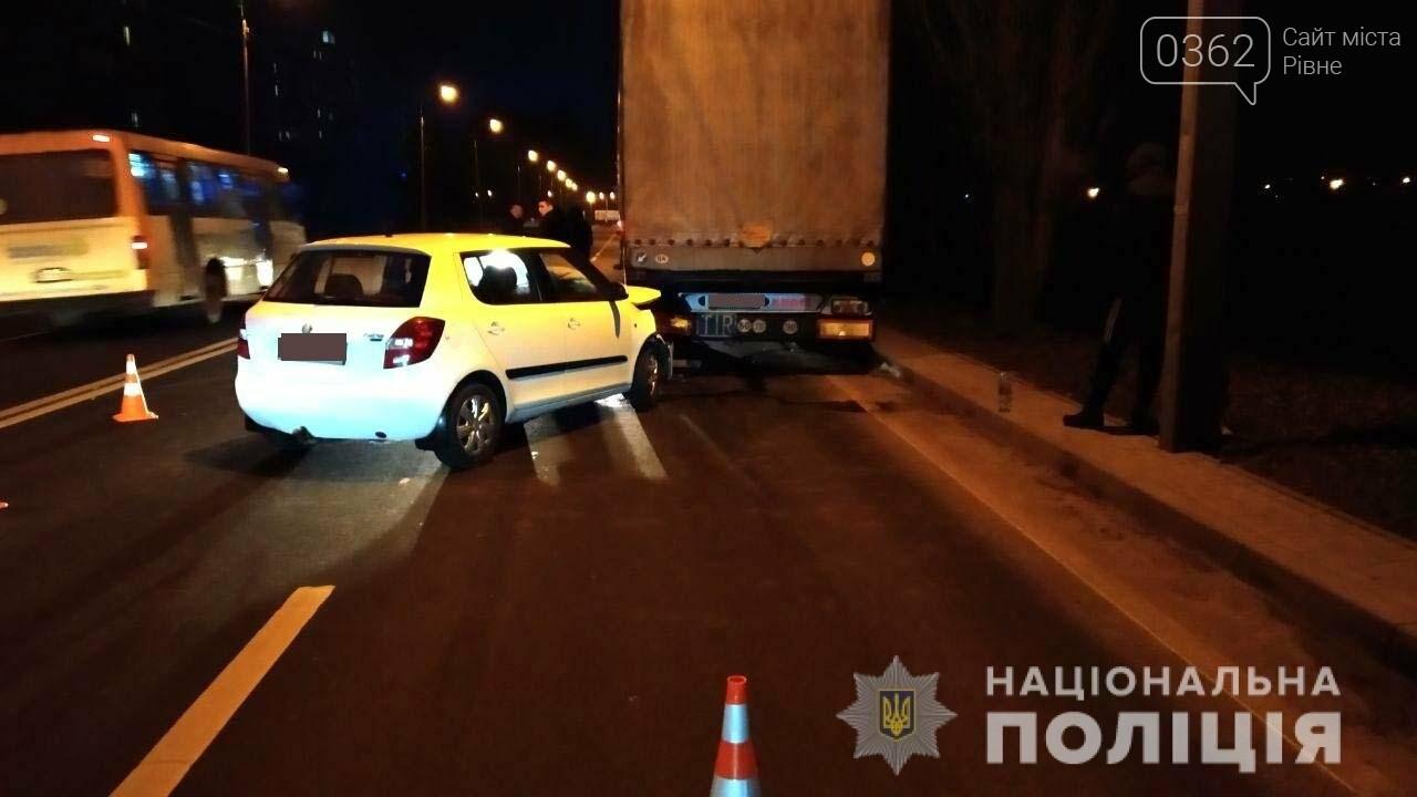 У Рівному водій легковика протаранив припарковану вантажівку (ФОТО), фото-1
