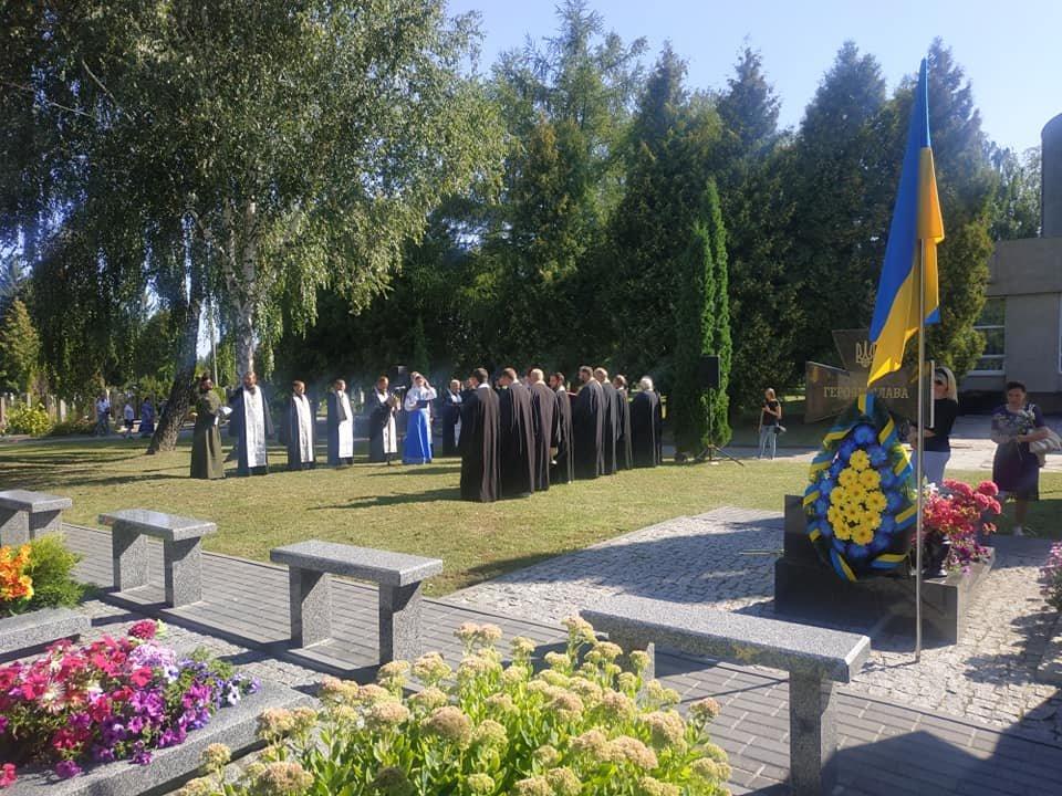 У Рівному чиновники та громадськість помолилися біля могил на Алеї героїв кладовища «Нове» (ФОТО)  , фото-4