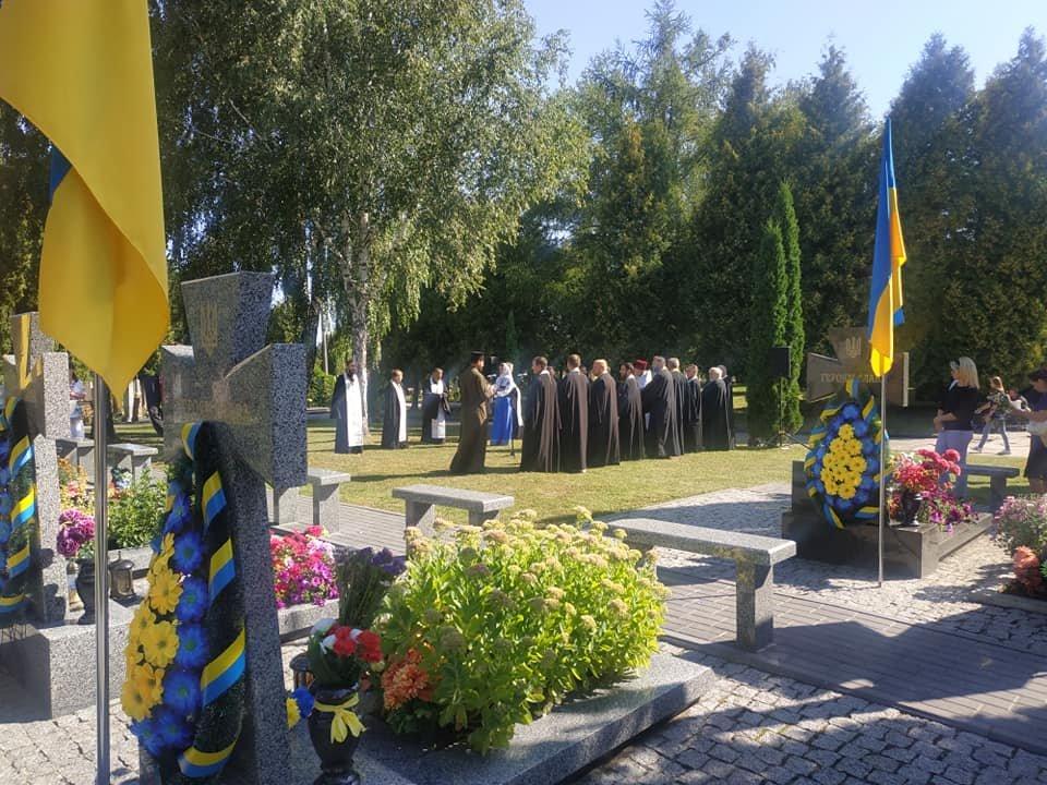 У Рівному чиновники та громадськість помолилися біля могил на Алеї героїв кладовища «Нове» (ФОТО)  , фото-2