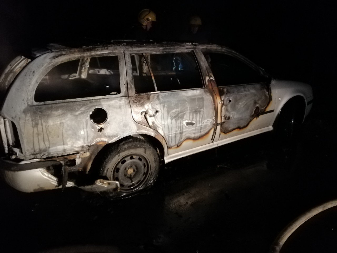 Нічна пожежа на Рівненщині: авто згоріло майже вщент (ФОТО) , фото-1