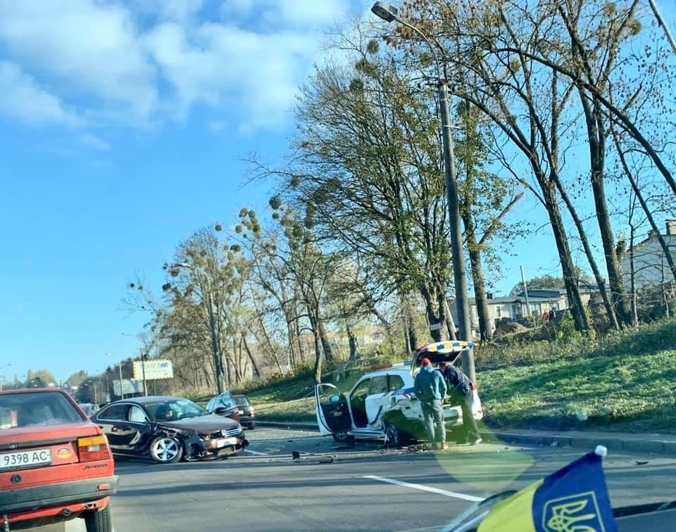 У Рівному чоловік на швидкості влетів у припарковане авто поліції, фото-1