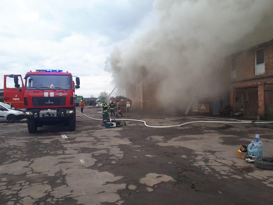 У селі Вересневе поблизу Рівного палає промислова будівля (ФОТО,ВІДЕО), фото-1