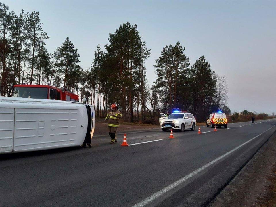 Перекинувся з невідомих причин: на Рівненщині рятівники надавали допомогу після ДТП (ФОТО), фото-2
