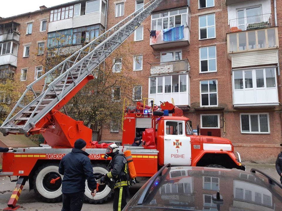 У Рівному горіла п'ятиповерхівка: вогнеборці рятували людей (ФОТО, ВІДЕО), фото-1