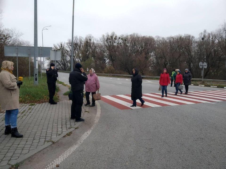«Бо не платять зарплати»: дубенські медпрацівники перекрили трасу (ФОТО), фото-1
