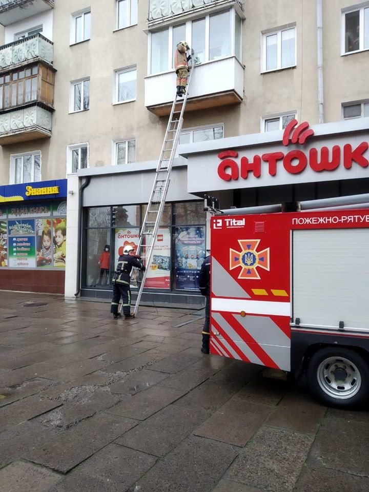 Була без свідомості: у Рівному рятівники здіймалися драбиною до квартири жінки (ФОТО), фото-2