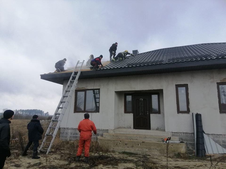 На Рівненщині семеро рятувальників гасили пожежу у будинку (ФОТО), фото-2