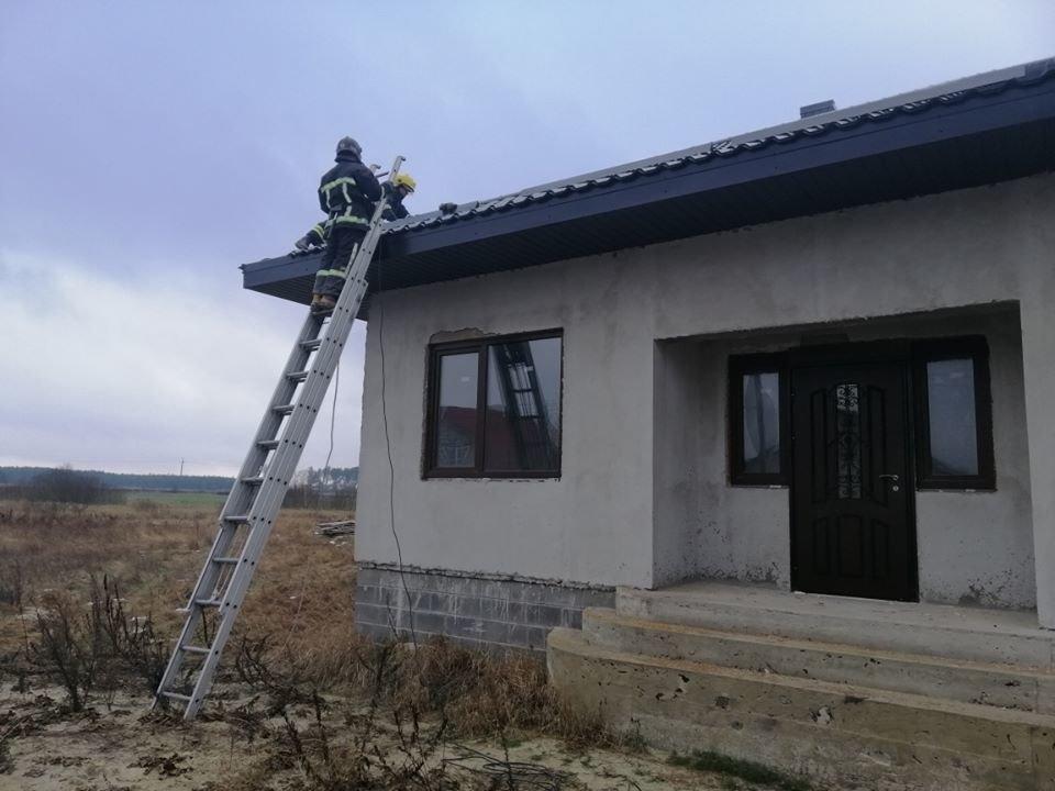 На Рівненщині семеро рятувальників гасили пожежу у будинку (ФОТО), фото-1