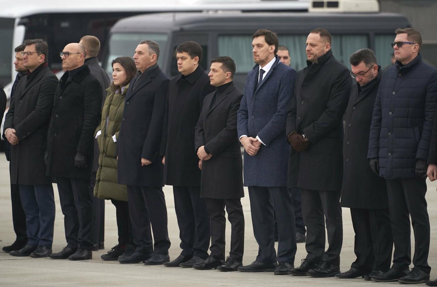 Оберемки квітів й сльози на очах: у столиці зустріли тіла загиблих українців в авіакатастрофі під Тегераном (ФОТО), фото-5