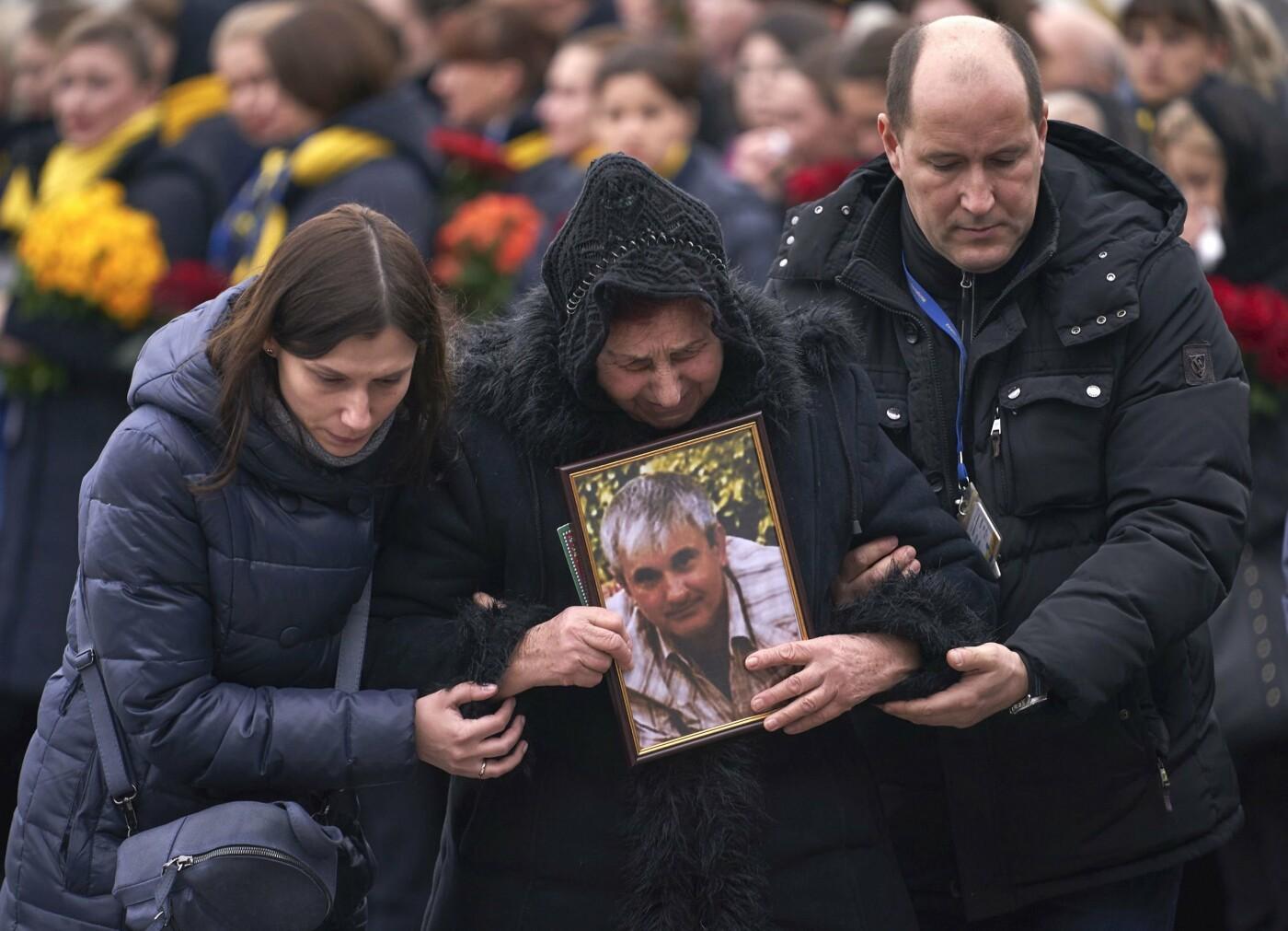 Оберемки квітів й сльози на очах: у столиці зустріли тіла загиблих українців в авіакатастрофі під Тегераном (ФОТО), фото-7