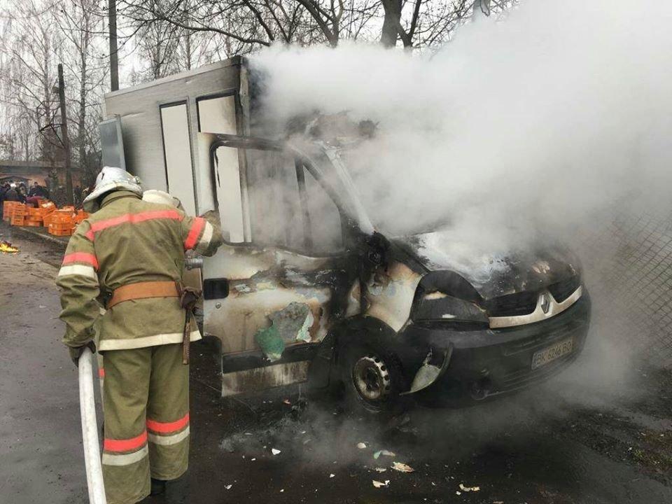 На Рівненщині сталася пожежа у вантажівці, що продавала хліб (ФОТО), фото-3