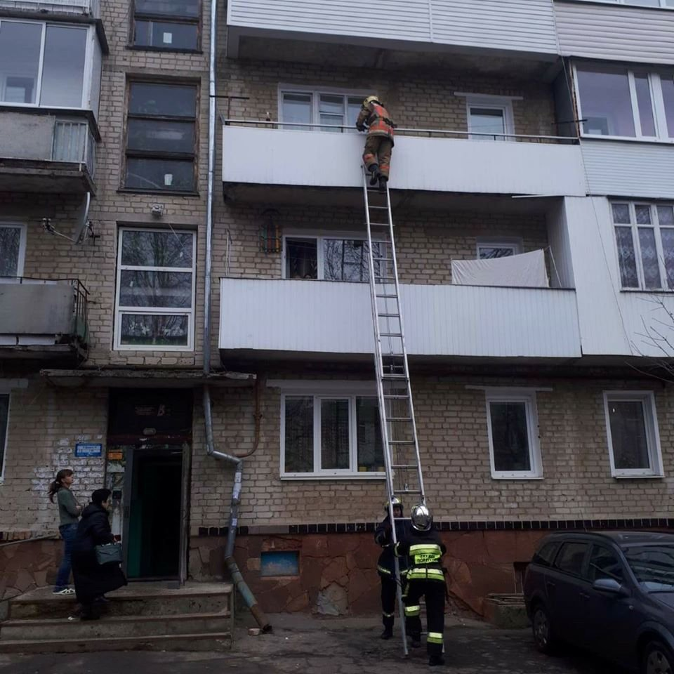У Рівному медики викликали рятувальників, щоб допомогти жінці (ФОТО), фото-1