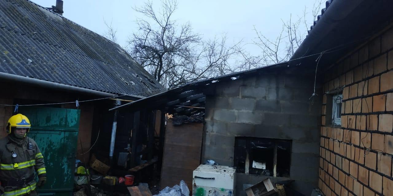 На Сарненщині вогнеборці врятували будинок від пожежі: вогонь встиг пошкодити лише стіну (ФОТО), фото-1