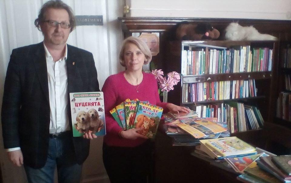 У Рівному до обласної дитячої бібліотеки та навчально-реабілітаційного центру подарували книги, фото-1
