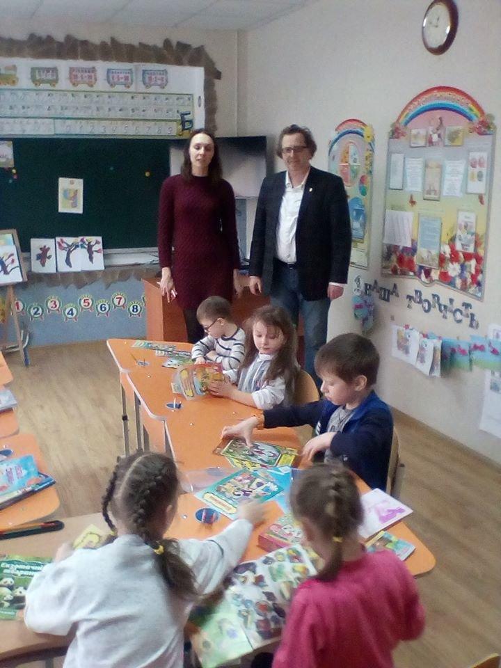 У Рівному до обласної дитячої бібліотеки та навчально-реабілітаційного центру подарували книги, фото-2
