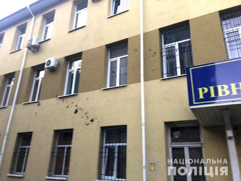 Облив стіни суду фекаліями: На дубенщині чоловік сам прийшов до поліції аби зізнатися в хуліганстві (ФОТО), фото-1