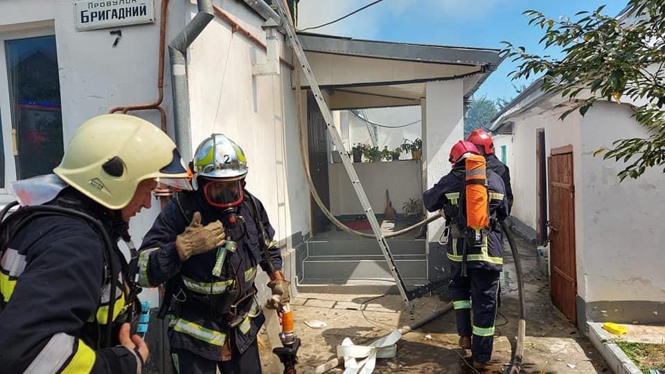 У Тинному пожежу в будинку намагаються загасити рятівники (ФОТО), фото-5