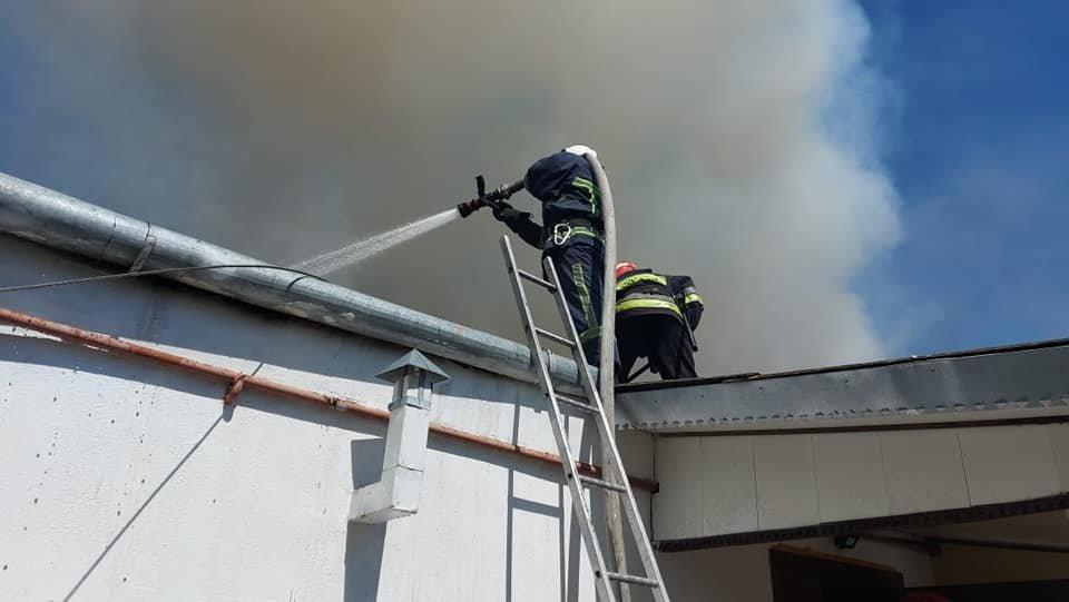 У Тинному пожежу в будинку намагаються загасити рятівники (ФОТО), фото-6