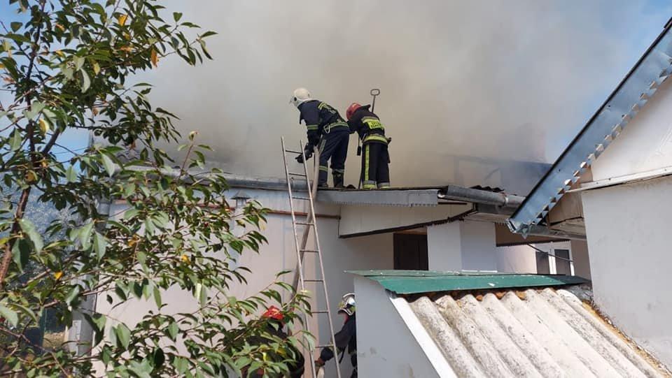 У Тинному пожежу в будинку намагаються загасити рятівники (ФОТО), фото-8