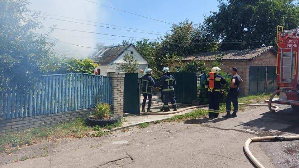 У Тинному пожежу в будинку намагаються загасити рятівники (ФОТО), фото-10