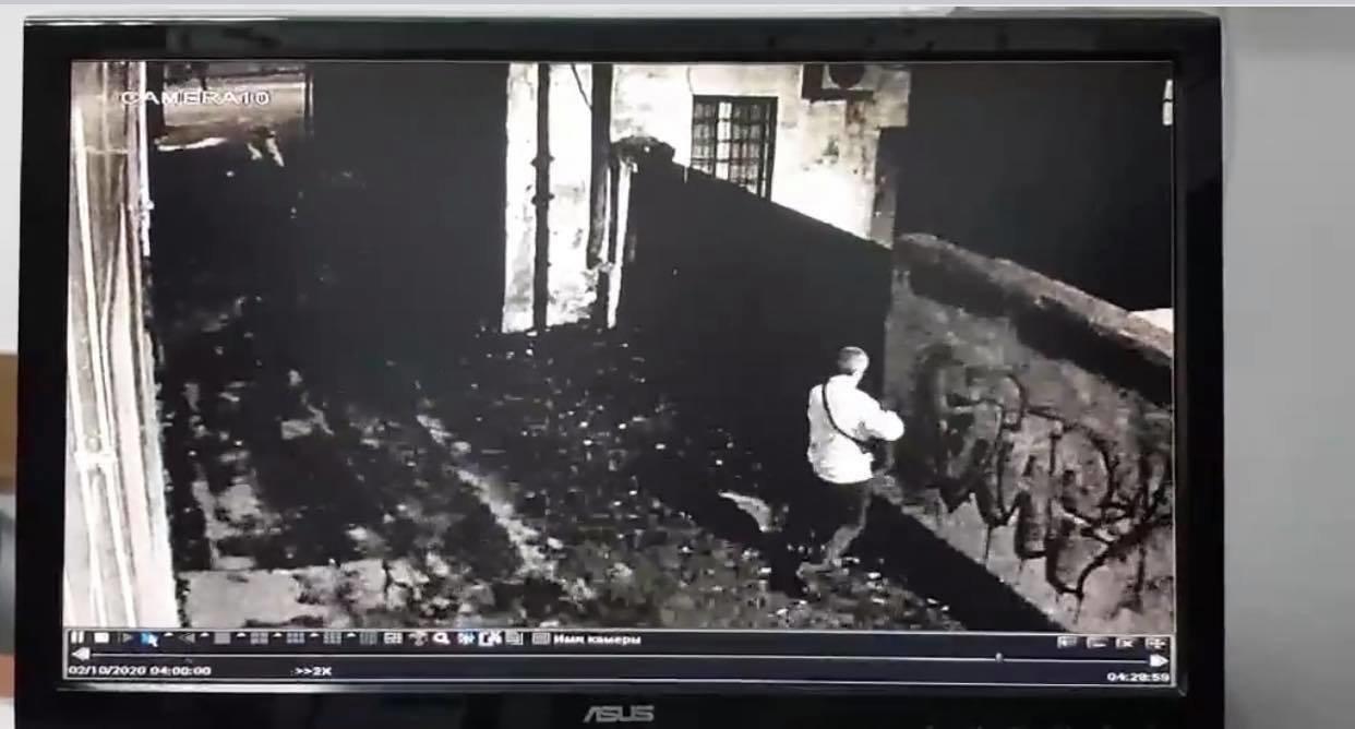 """Рівненські поліцейські розшукують чоловіка, який вже втретє лишає напис """"Україна дер**мо"""" (ФОТО), фото-1"""