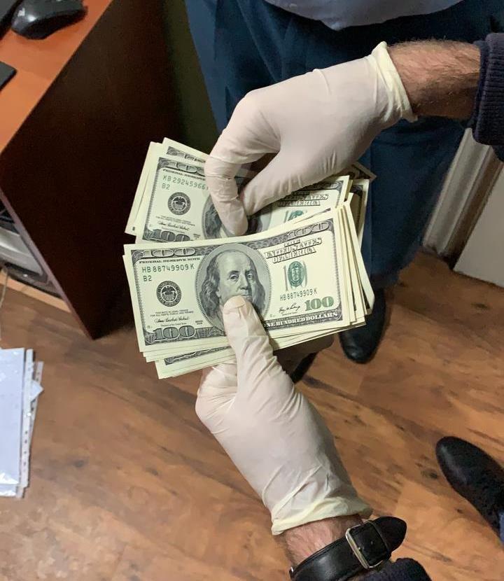 За систематичне вимагання хабарів за оформлення транспортних засобів затримали інспектора митного посту «Рівне» (ФОТО), фото-2
