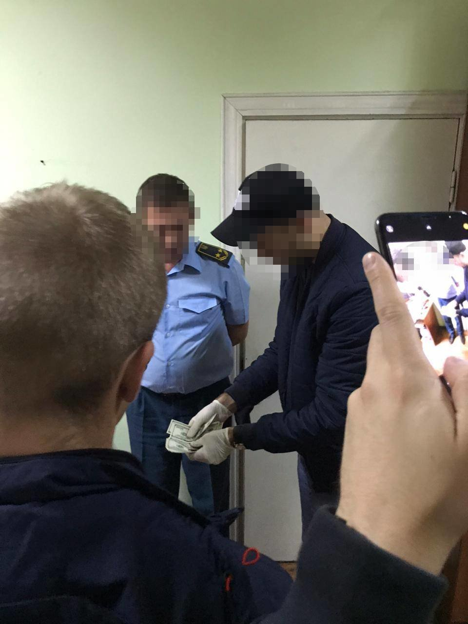За систематичне вимагання хабарів за оформлення транспортних засобів затримали інспектора митного посту «Рівне» (ФОТО), фото-1