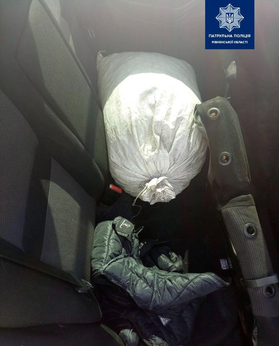 У салоні порушника патрульні виявили 30 кг каміння, схожого на бурштин (ФОТО), фото-1