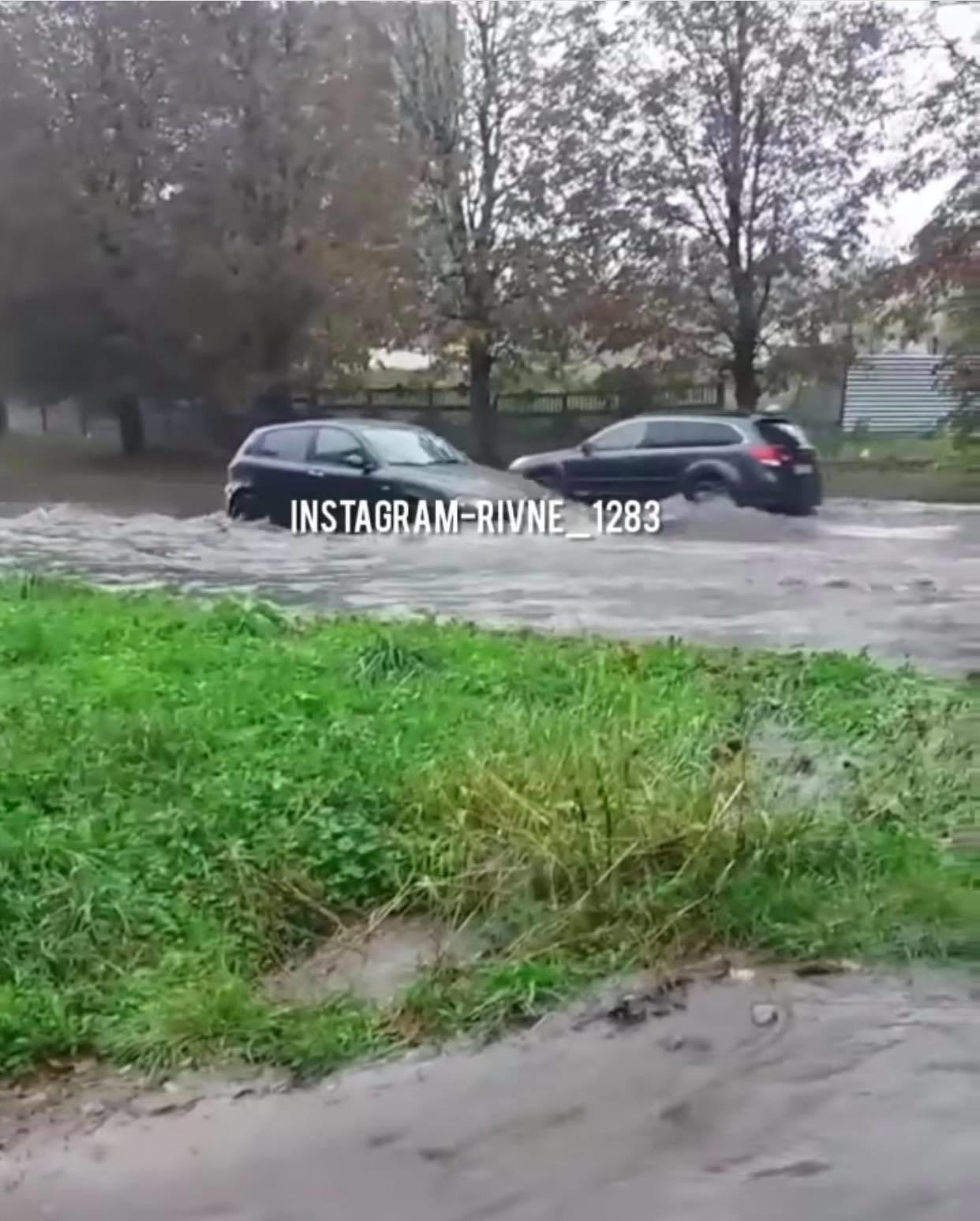 Рівне знову пливе: вулицями міста вода тече рікою (ФОТО), фото-2